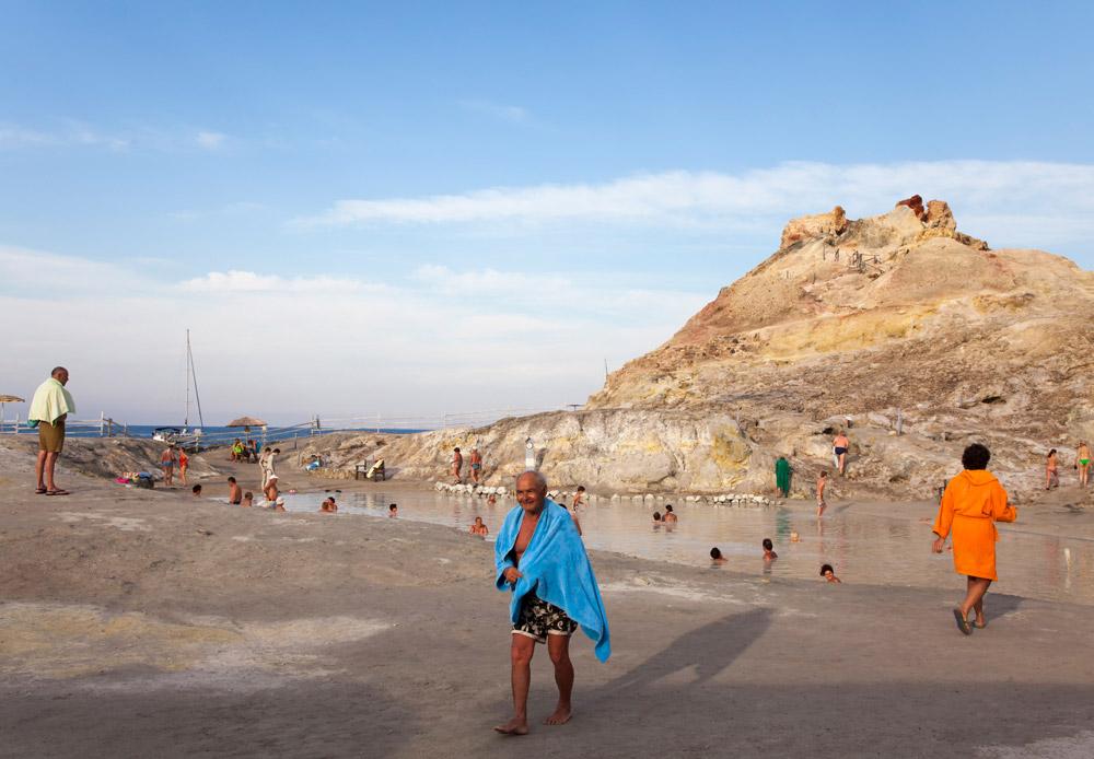 Een gezond modderbad op het eiland Vulcano, Eolische eilanden, Lipari eilanden, Italie