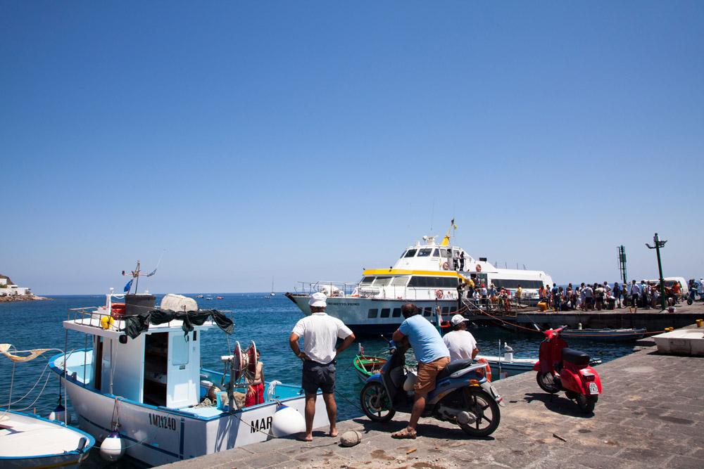 Aankomst van de ferry op Panarea, Eolische eilanden, Lipari eilanden, Italie