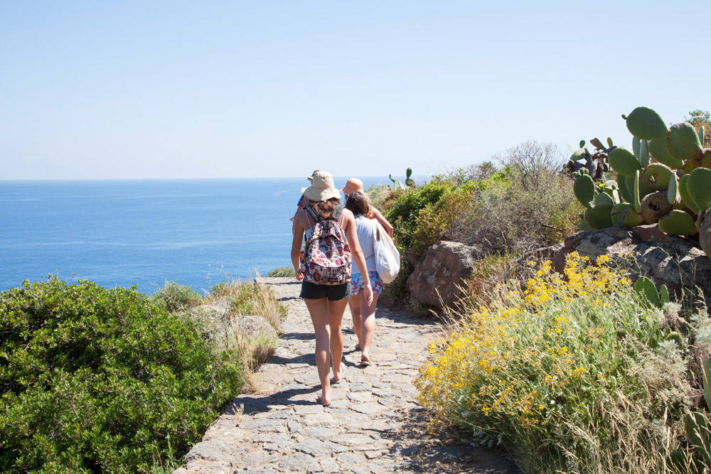 Wandelen naar de rots van Punta Milazzese op Panarea, Bijna alles is te voet bereikbaar op het kleine Panarea, Eolische eilanden, Lipari eilanden, Italie