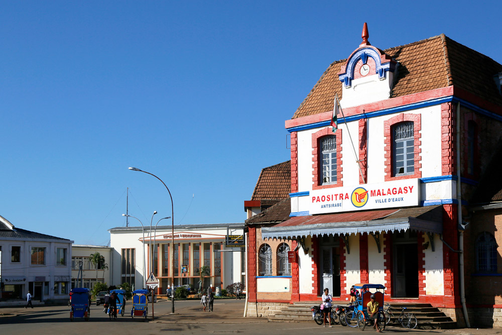 Het postkantoor ademt nog het koloniale verleden in Antsirabe, Madagascar, Madagaskar