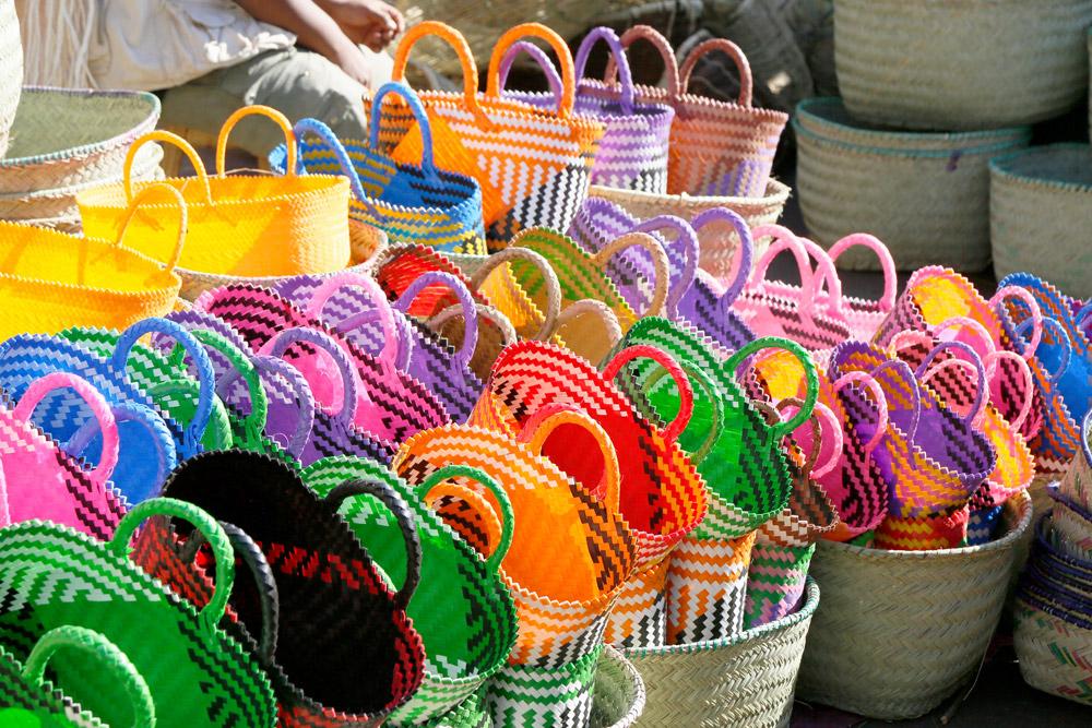 Goede plek voor souvenirjagers, die markt in Antsirabe, Madagascar, Madagaskar