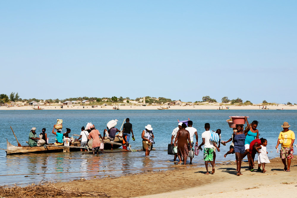 Alles wordt met piroques (smalle houten boten) vervoerd, Madagascar, Madagaskar