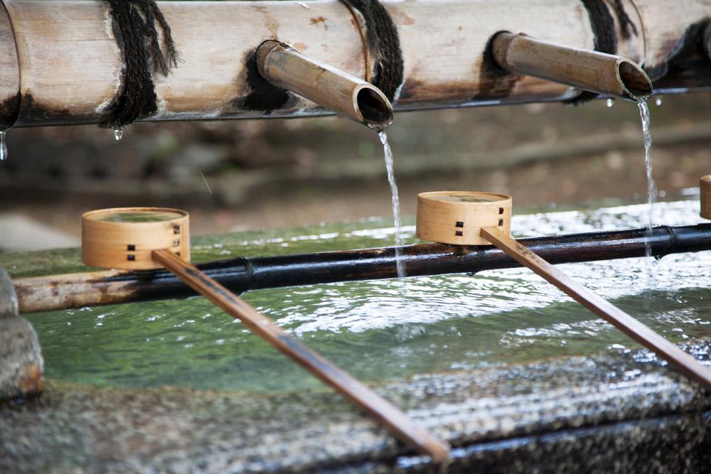 Water voor wassen en drinken bij de Yasaka-schrijn in Kyoto , stedentrip, rondreis, Kyoto, Japan
