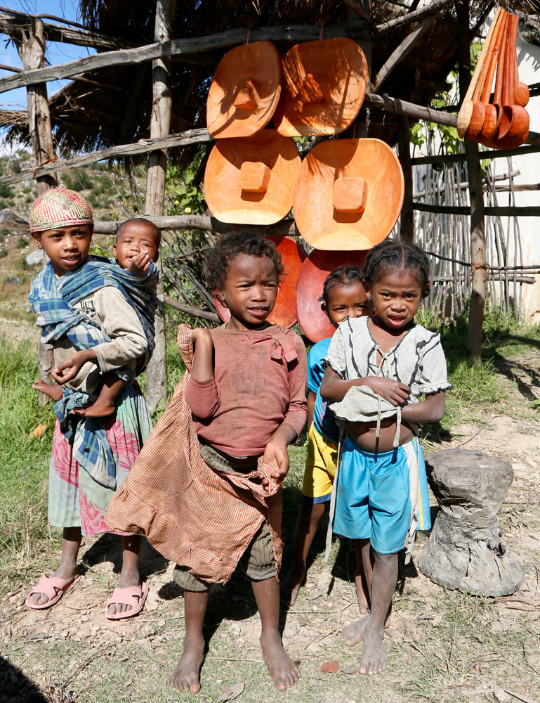 Kinderen bieden handgemaakte houten producten aan, Madagascar, Madagaskar, rondreis, vakantie, rondreizen, just like to travel, reisblog, reisfotografie, tavelblog, reisjournalist,