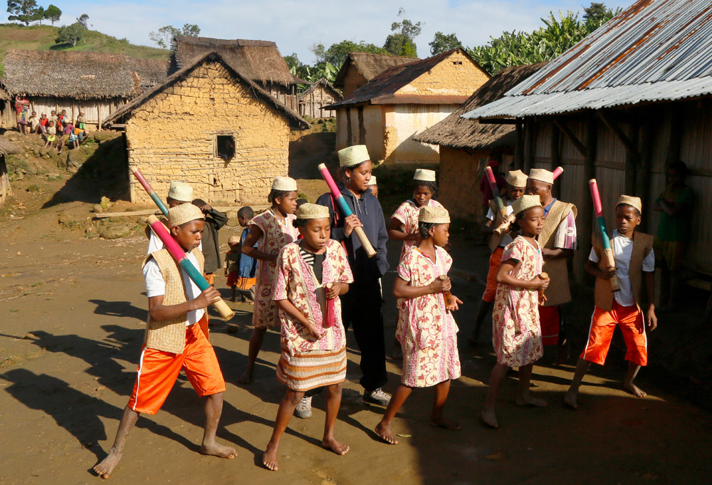 Dansen voor bezoekers , Tanala, , Madagascar, Madagaskar, rondreis, vakantie, rondreizen, just like to travel, reisblog, reisfotografie, tavelblog, reisjournalist,