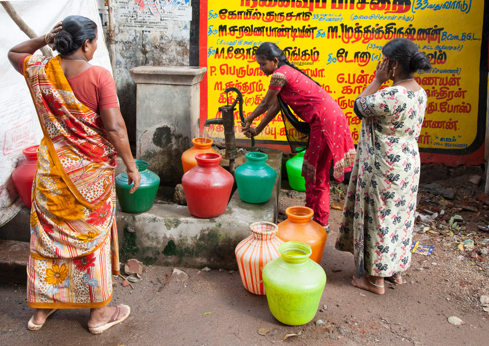 Water halen bij de waterpomp in Madurai, Tamil Nadu, India