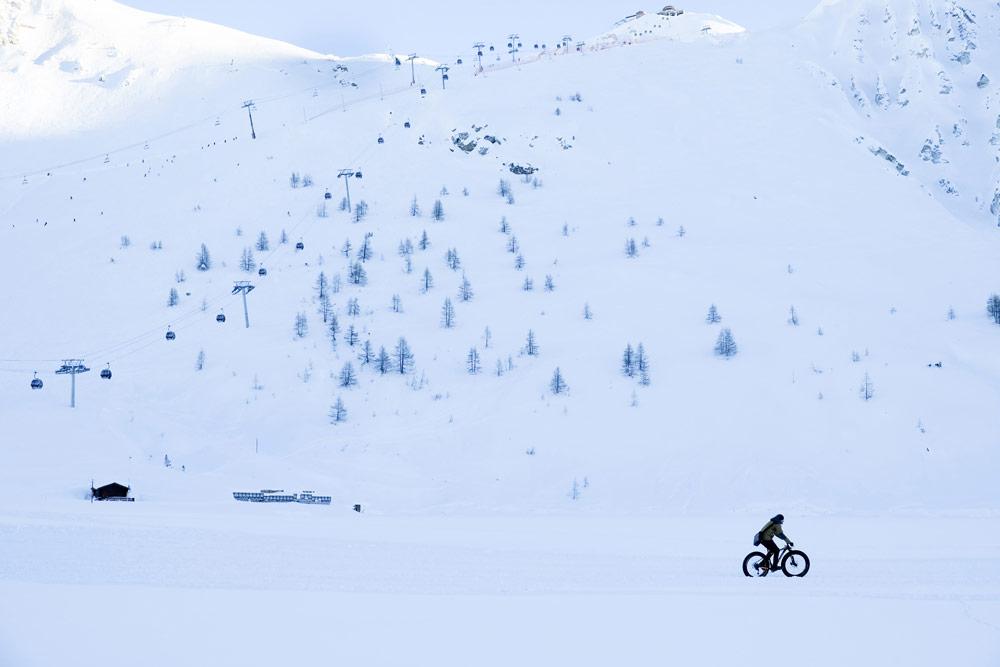 Fietsen met speciale banden op het meer van Tignes, Wintersport Tignes - Val d'Isere, Frankrijk, skigebied