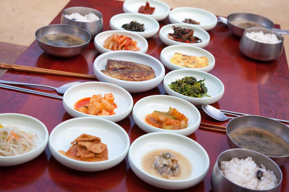 Schaaltjes met kimchi, een van de nationale gerechten van Zuid-Korea, Rondreis Zuid-Korea, bezienswaardigheden, hotspots