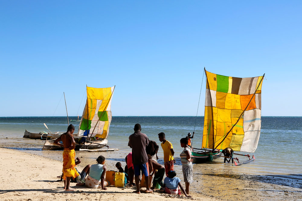 De zeilen van de vissersboten zijn gemaakt van oude zakken Op vakantie naar Madagascar, Madagaskar, rondreis