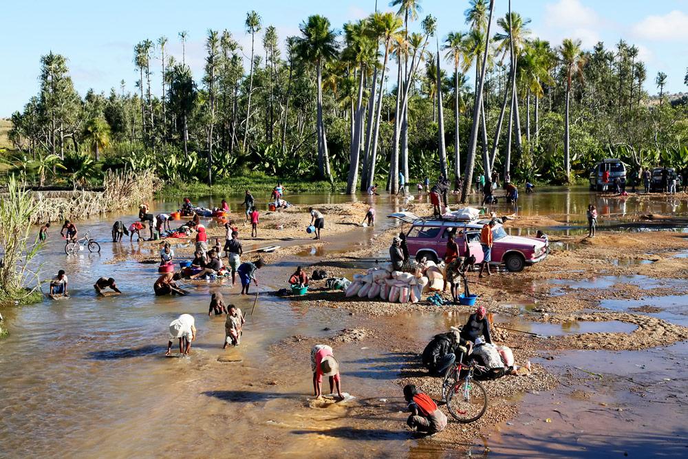 Met een zeef op zoek naar saffier in de Ilakaka rivier Op vakantie naar Madagascar, Madagaskar, rondreis