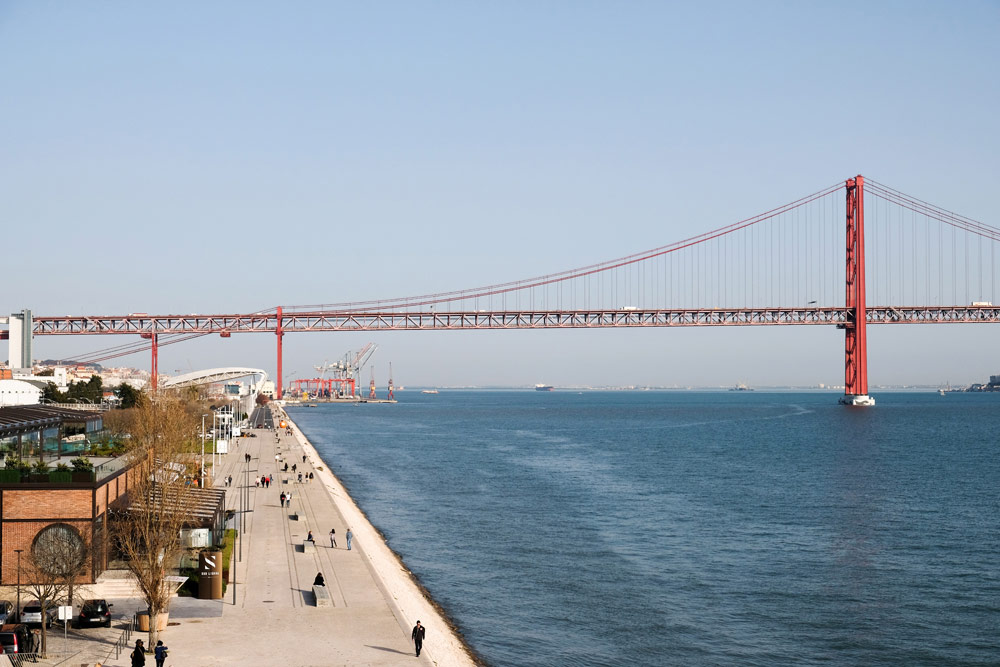 Wandelend langs de Taag zie je altijd de rode hangbrug van Lissabon Stedentrip Lissabon, Portugal, trendy hotspots