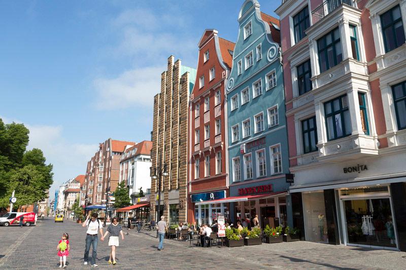 Huizen in snoepkleurtjes langs de straten van Rostock - Duitsland - Oostzee - Warnemunde -