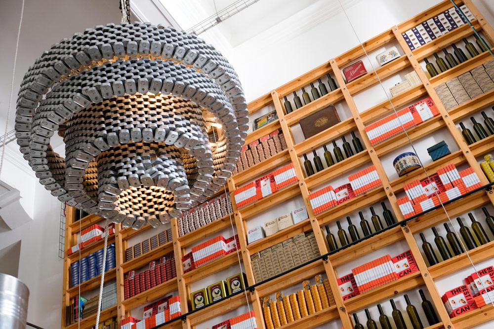 Natuurlijk is de kroonluchter bij restaurant Can the Can gemaakt van blikjes, 3 x trendy hotspots restaurants in Lissabon, Portugal