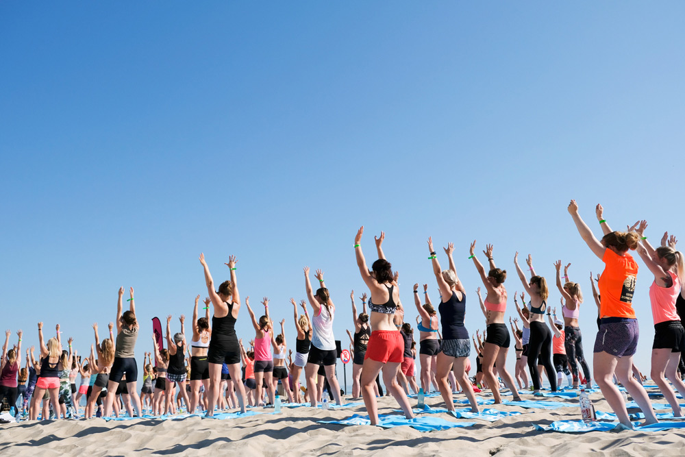 Yoga on the beach in Bredene aan zee. Bredene aan zee, Belgie. Activiteiten, wandelen, yoga, suppen, sup, restaurants, vakantiepark Roompot