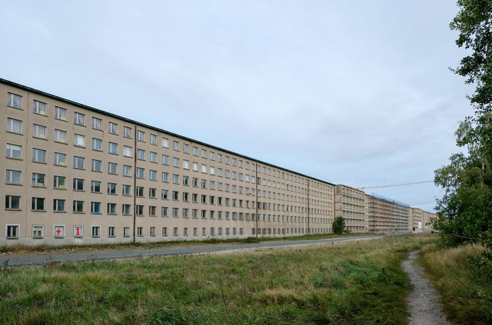 Hitlers badhotel Prora is 4,5 kilometer lang. Rondreis Duitse Oostzee, van Darss naar Rugen via Stralsund, Duitsland