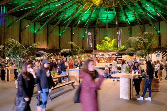 Behalve vegan eten zijn er ook optredens, workshops en lezingen, Vegan Food Festival in Amsterdam
