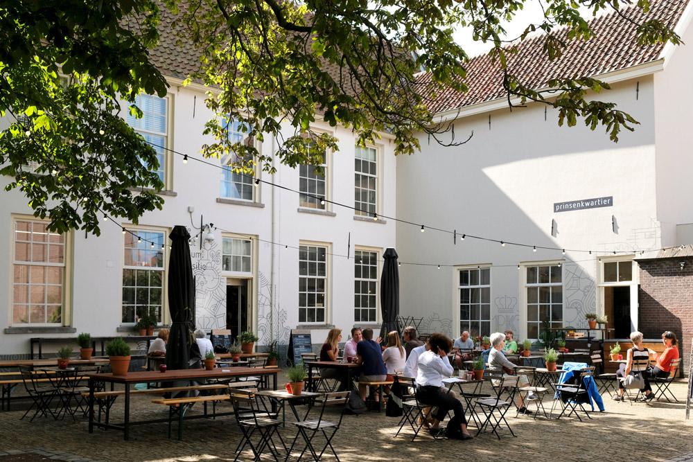 Bar/Baar op het Sint Agathaplein in Delft. Stedentrip Delft, hotspots en bezienswaardigheden rond de Voldersgracht