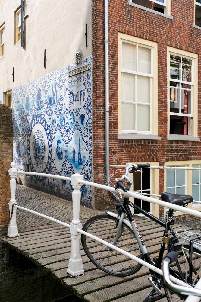 Straatbeeld: Delfts Blauwe street art in centrum van Delft. Stedentrip Delft, hotspots en bezienswaardigheden rond de Voldersgracht