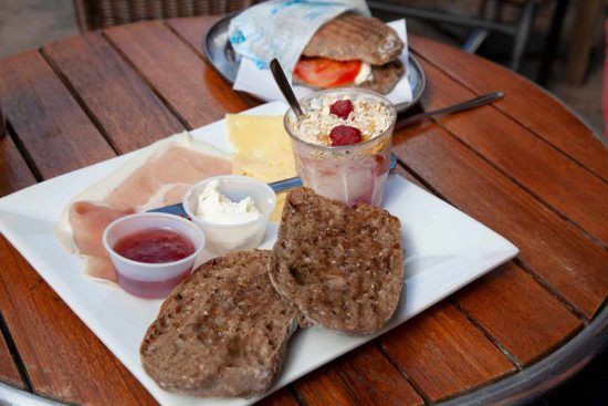 Ontbijten bij café Nöller in Goteborg. Rondreis zweden, auto, zuid-zweden