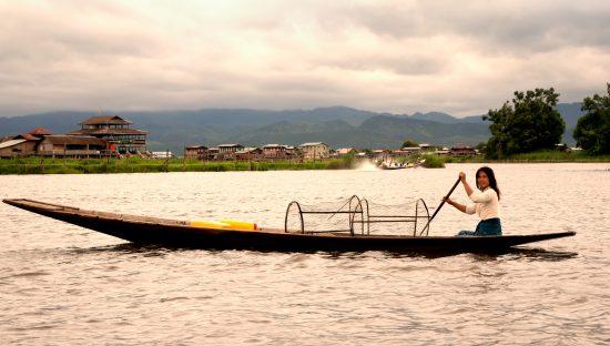 Inlemeer, Inle Lake, Myanmar, Birma. Het vervoer op het Inlemeer, smalle boten met de hand voortgepeddeld. Inlemeer, Inle Lake, Myanmar, Birma
