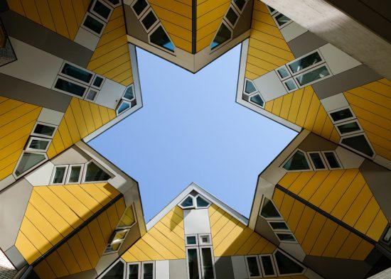 Als je de Kubuswoningen ziet, weet je zeker dat je in Rotterdam bent. Interrail voor volwassenen, treinreis, treinreizen, interrailen