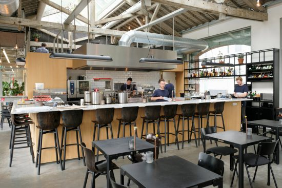 Kijkje in de open keuken van restaurant De Houtloods jn de Spoorzone. stedentrip Tilburg, hotspots restaurants en winkels, De Spoorzone