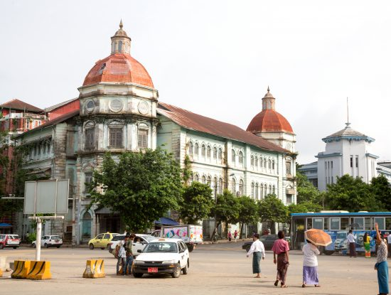 Koloniale gebouwen in de voormalige hoofdstad Yangon of Rangoon, Myanmar. Yangon, Rangoon, Myanmar, Rondreis, Birma