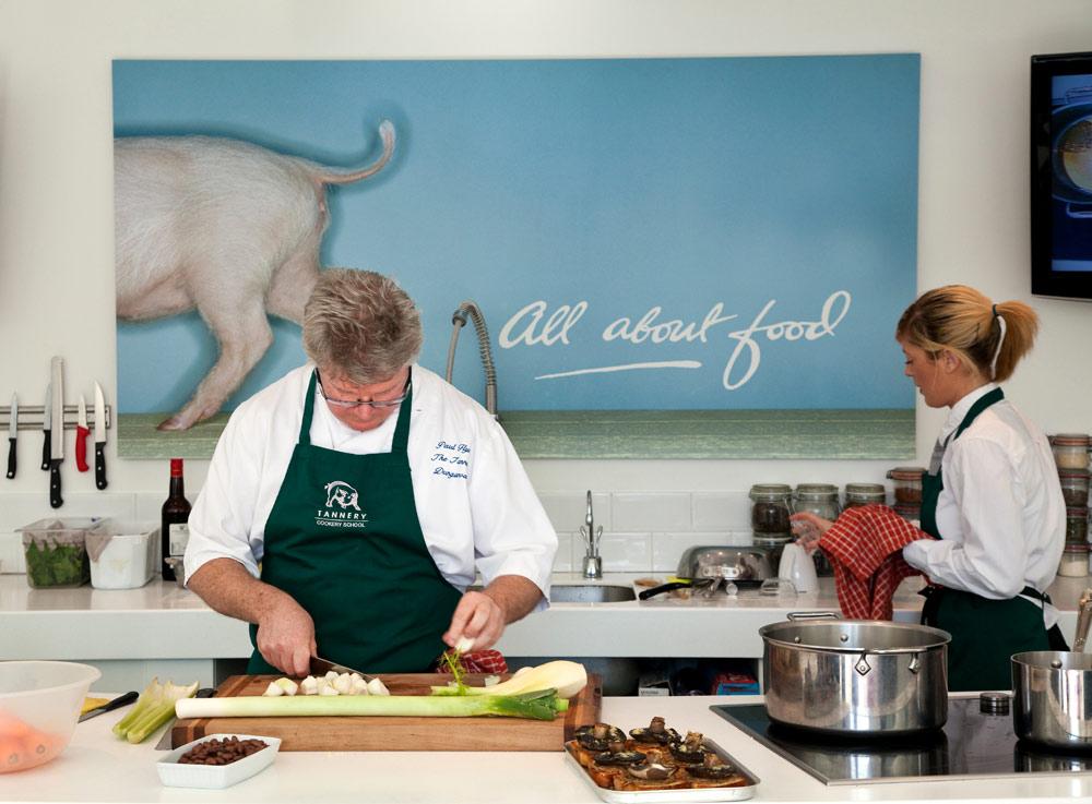 Chef Paul Flynn in zijn keuken van de Tannery Cookery School
