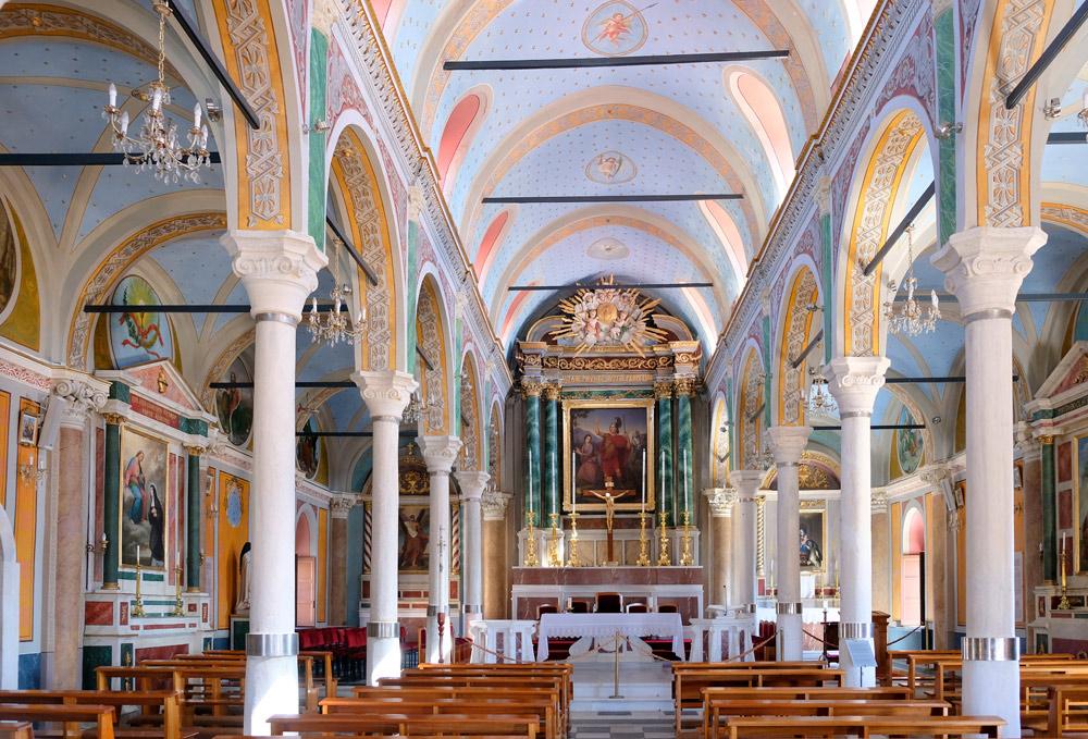 Het kleurrijke interieur van de St. George kerk in Ano Syros, Griekenland Syros, Griekenland, Cycladen, eiland, rondreis, eilandhoppen, hoppen, island,