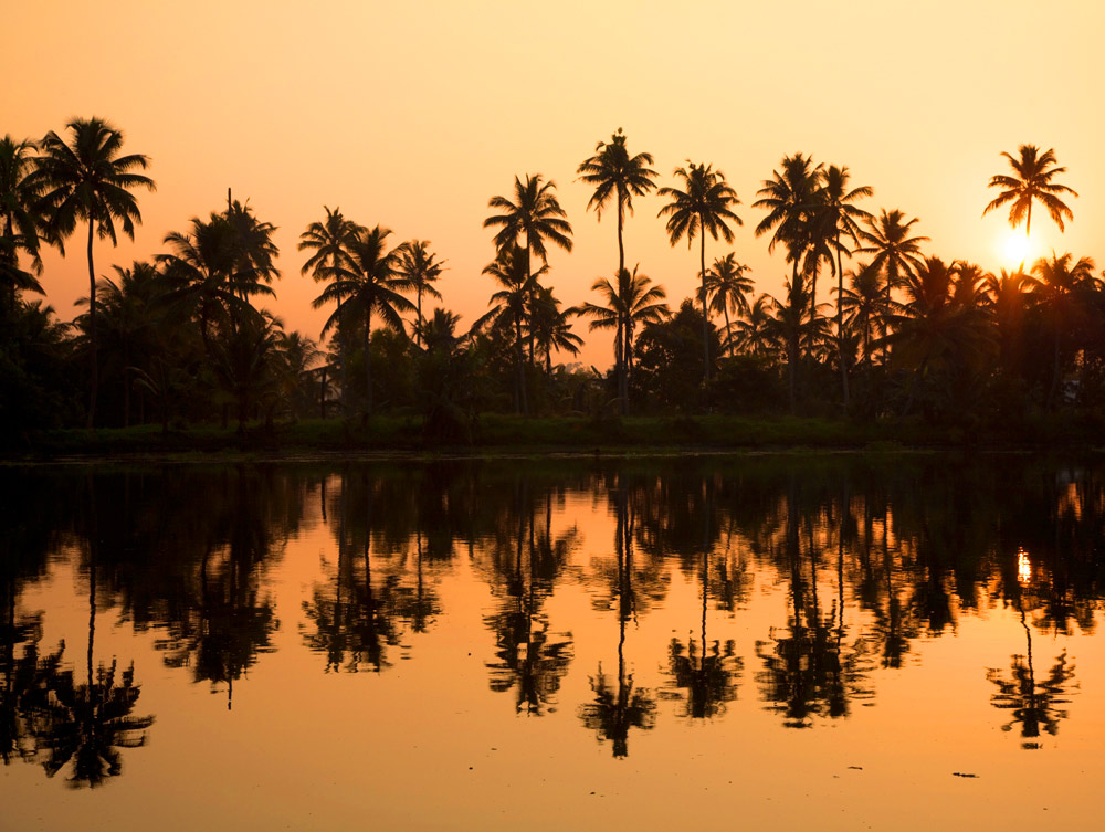 Zonsondergang in Kerala, Zuid-India. rondreis Zuid-India, Kerala. Autorondreis