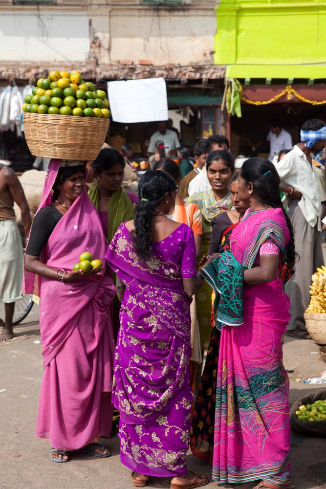 Vrouwen op de markt in Mysore, Zuid-India. rondreis Zuid-India, Kerala. Autorondreis