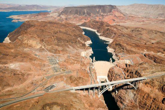 Vliegen over de Hooverdam tijdens een helikoptervlucht naar de Grand Canyon