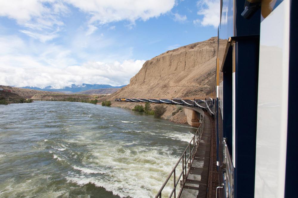 En dan rijden we bijna in het kolkende water. Treinreis Canada, met de Rocky Mountaineer van Banff naar Vancouver