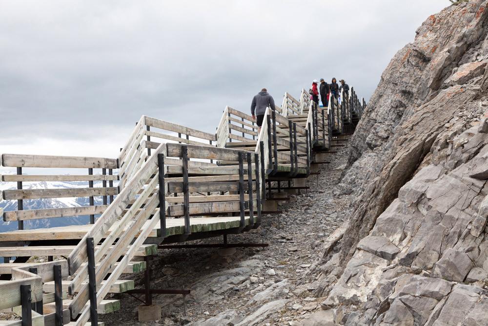 Trappen leiden naar het oude weerstation op Sulphur Mountain. Treinreis Canada, met de Rocky Mountaineer van Banff naar Vancouver