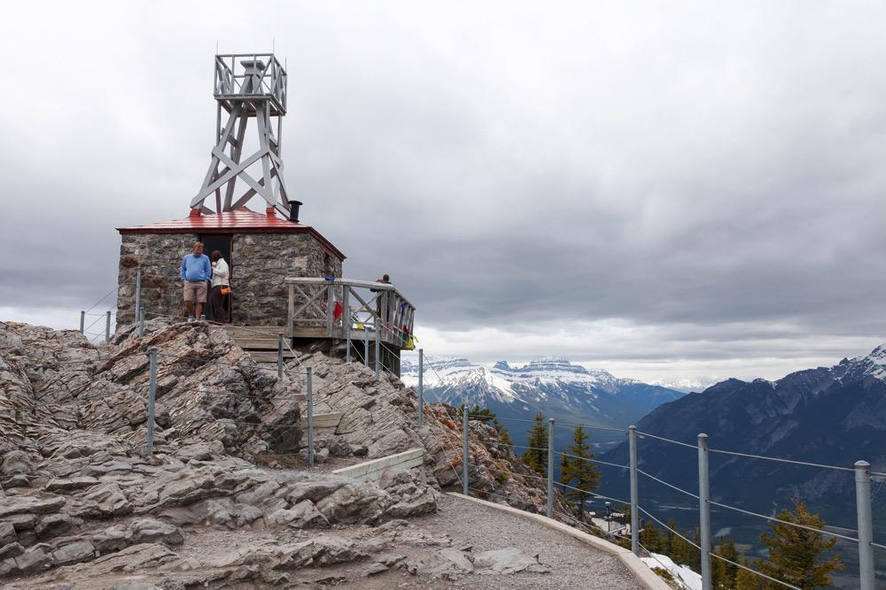 Het oude weerstation op Sulphur Mountain. Met de Gondel naar Sulphur Mountain op 2281 meter hoogte. Treinreis Canada, met de Rocky Mountaineer van Banff naar Vancouver