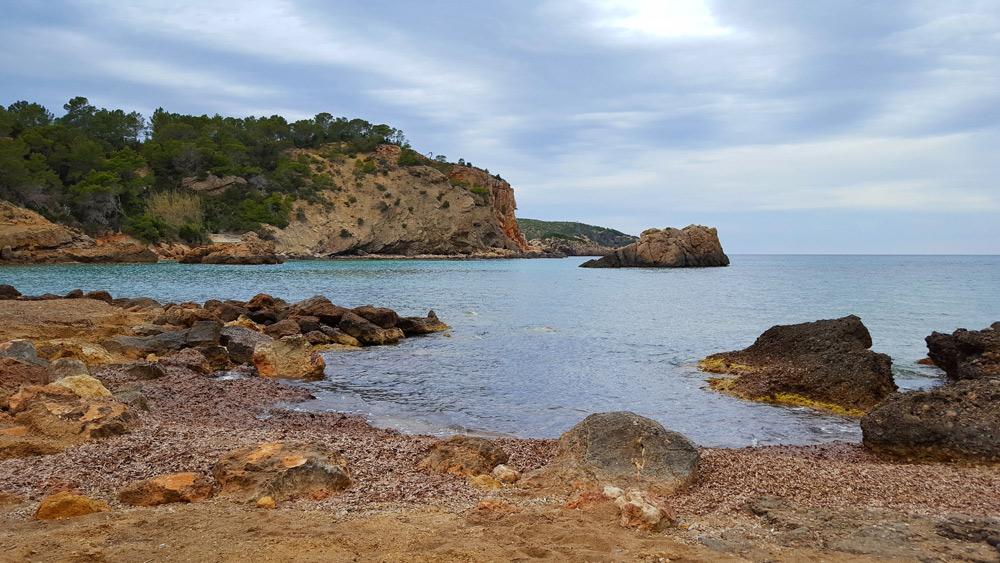 strand Cala Xaracca op ibiza, Spanje, Balearen eiland