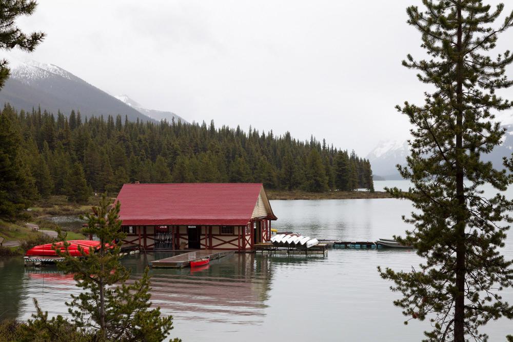 Je kunt een bootje of kano huren bij Maligne Lake. Rondreis, treinreis Canada, met de trein van Toronto naar Vancouver, mileubewust, sustainable, groen reizen