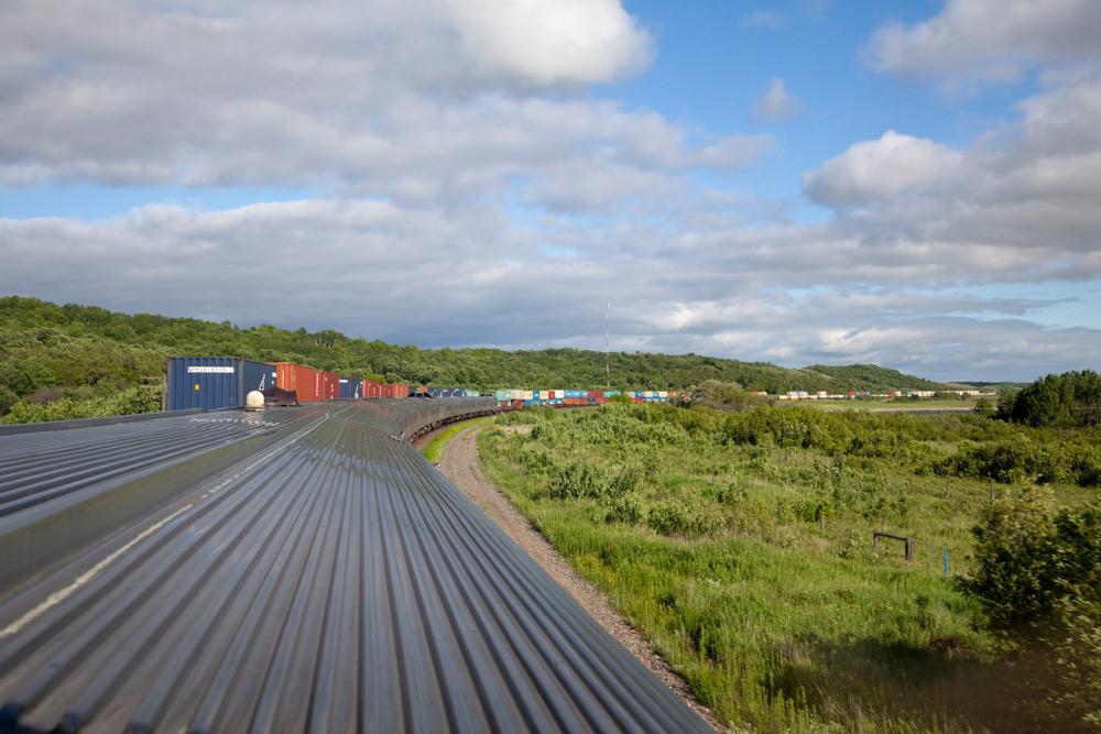 Alsof je op het dak van de VIA Rail trein reist. Rondreis, treinreis Canada, met de trein van Toronto naar Vancouver, mileubewust, sustainable, groen reizen