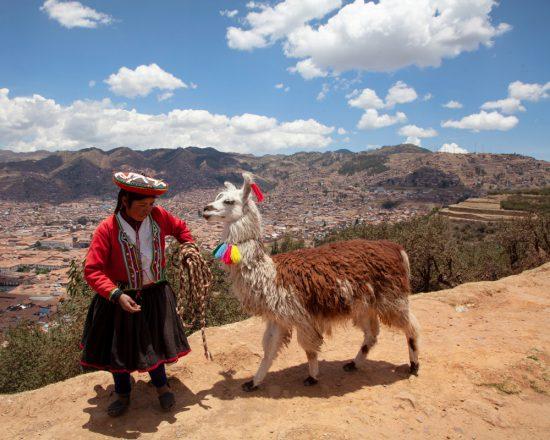 Uitzichtpunt over Cusco, met natuurlijk een lama plus eigenaar op de voorgrond, Peru, rondreis, rondreizen, vakantie, Lima, cusco, heilige vallei, hotels, tips, bezienswaardigheden, highlights, hotspots,
