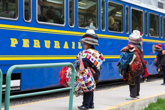 Verkopers op het Ollantaytambo-station, Rondreis Peru, hoogtepunten, highlights en bezienswaardigheden