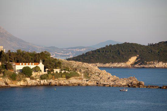 Uitzicht over de Adriatische kustlijn vanaf het Rixos Libertas spa hotel. De Nieuwe Riviera, de Dalmatische kust in Kroatie, rondreis, bezienswaardigheden
