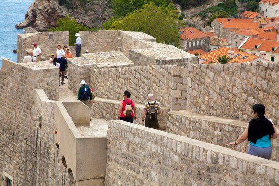 Wandelen over de stadsmuur van Dubrovnik. De Nieuwe Riviera, de Dalmatische kust in Kroatie, rondreis, bezienswaardigheden
