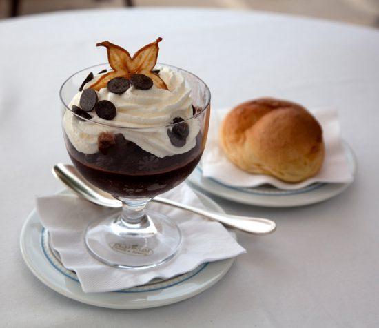 Een stevig begin van de dag met koffie granita. Rondreis Sicilie, Italie, bezienswaardigheden en hotspots, wat te doen