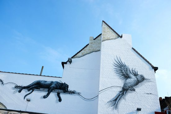 Street art bij de supermarkt, een werk van NOIR. Stedentrip Mons, Bergen in Wallonie, Belgie. Met de hotpost en bezienswaardigheden en tips voor leuke winkels en goede restaurants