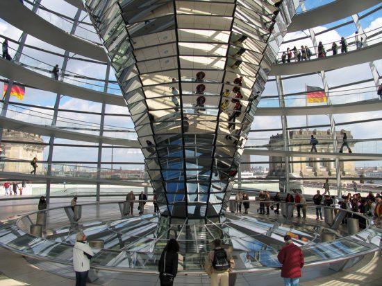 Binnenkijken in het Rijksdaggebouw in Berlijn.. Reichstagsgebäude, Duitsland, Stedentrip Berlijn, langs hoogtepunten en bezienswaardigheden met de trabi-safari
