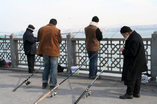 Op de Galata-brug zie je altijd vissers staan, Stedentrip Istanbul, Turkije