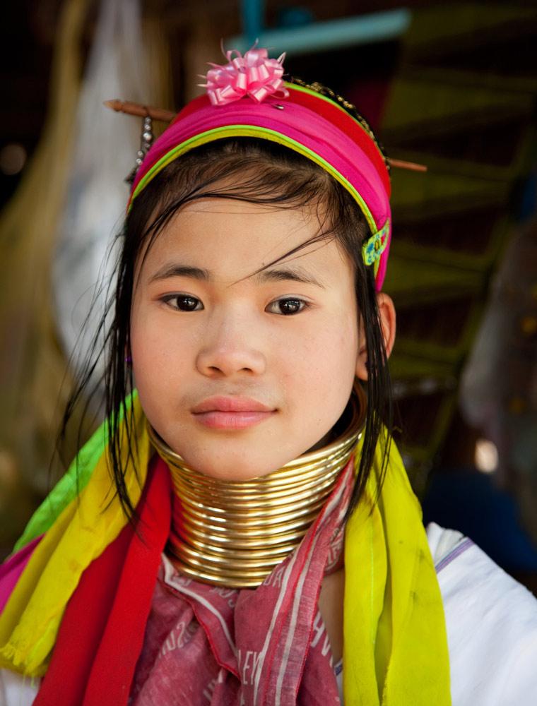 Minderheden, bergvolkeren. Een Langnek-Karen meisje in Noord-Thailand. Op bezoek bij een langnek-Karen dorp in het Noorden van Thailand