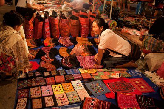 Shoppen op de markt in Luang Prabang. Avond in Luang Prabang, Laos