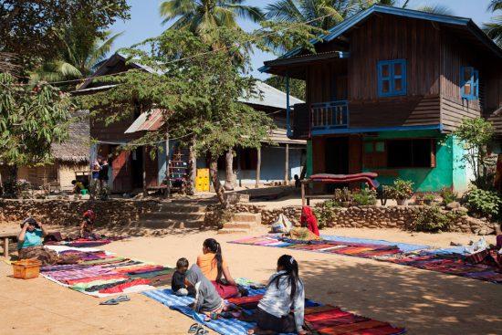 Markt in een dorpje langs de Mekong rivier . Rondreis Thailand en Laos