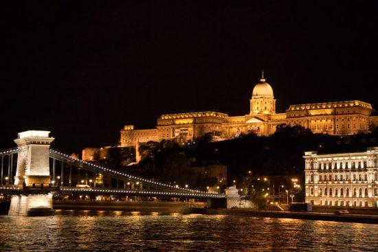 Zo zien we Boedapest als we 's avonds laat komen aanvaren. Riviercruise Donau. De Donaucruise doet onder meer Wenen, Bratislave, Melk, Passau, en Boedapest aan